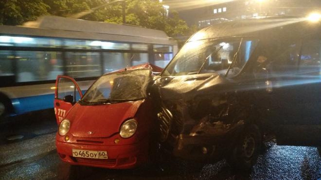 Водитель легковушки получил тяжелые травмы в ночном ДТП на Московском проспекте