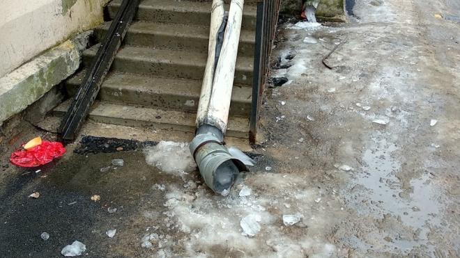 """На Заневском на лестницу парадной """"прилегла отдохнуть"""" водосточная труба"""