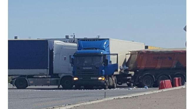 На пересечении Московского и Колпинского шоссе сразу два ДТП перекрыли въезд в город