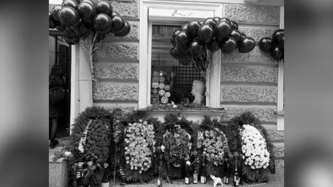 """Поклонники закрывшегося """"Винного шкафа"""" принесли к бару похоронные венки"""