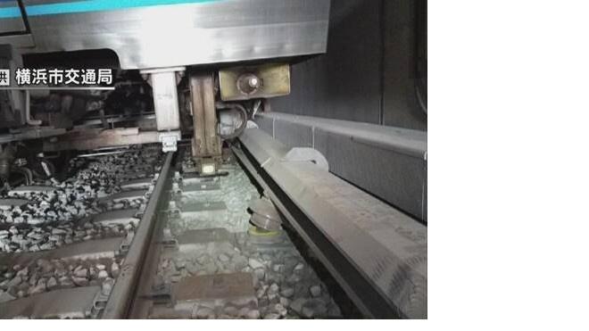 В японском метро состав с пассажирами сошел с рельсов