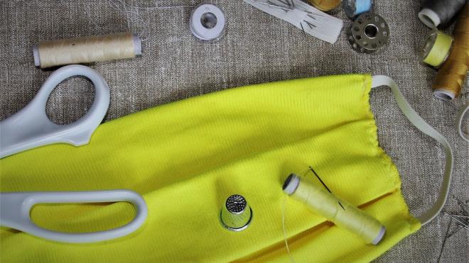 Производители одежды из Петербурга из-за пандемии занялись пошивом масок