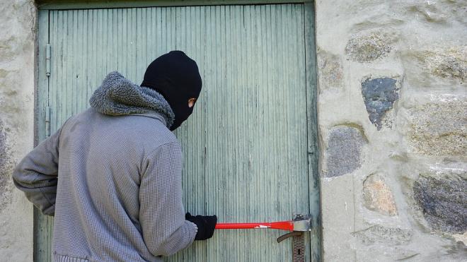 В Приморском районе воры украли пустой сейф