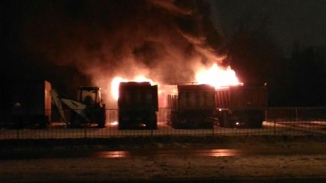 Горящие грузовики на Парашютной напугали петербуржцев