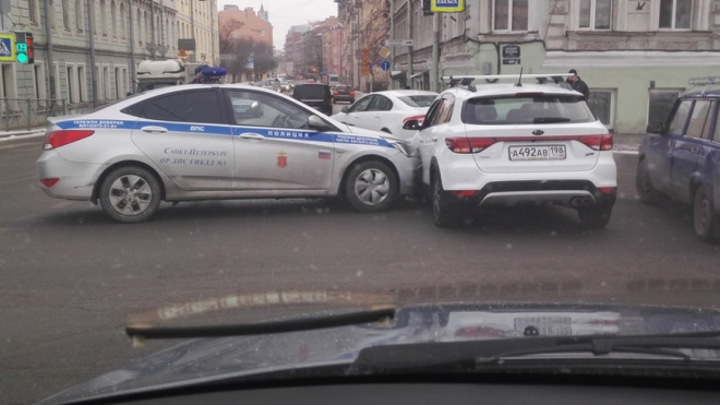 Машина ДПС врезалась в иномарку с ребенком в Петербурге