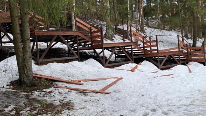 В Луге в Заречном парке вандалы разгромили лестницу