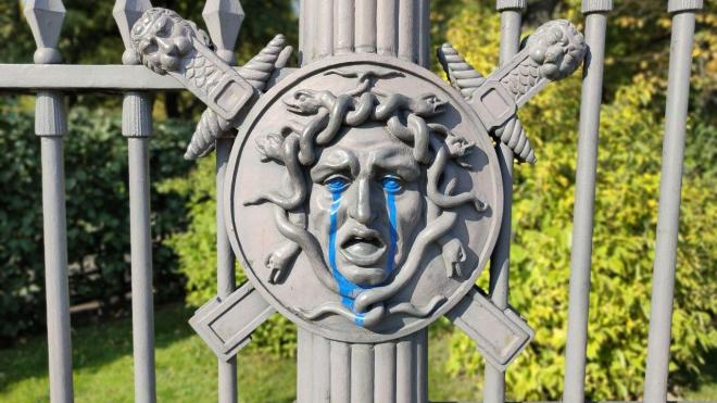 "Медуза Горгона на ограде Летнего сада ""заплакала"" синими слезами"