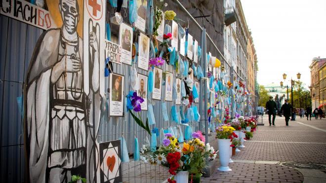 Памятные доски с именами погибших медиков установят в 26 больницах Петербурга