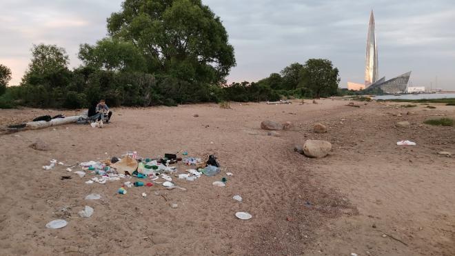 Петербуржцы пожаловались на кучи мусора на пляже в Ольгино