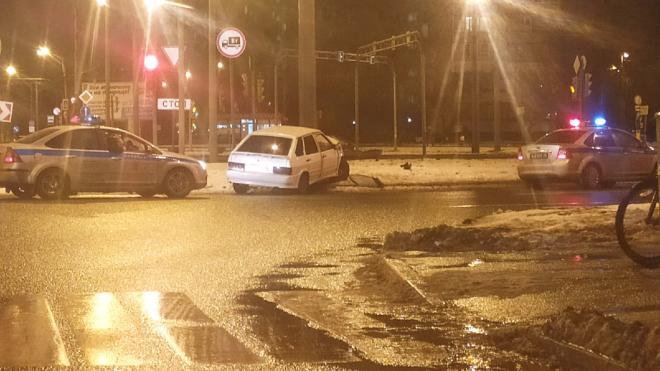 Пьяный водитель в Купчино врезался в столб, уезжая от полиции
