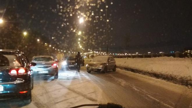 В Петербурге после небольшого снегопада образовались многокилометровые пробки
