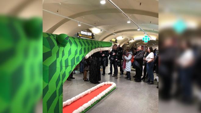 В честь Достоевского в Пассаже появился 20-метровый крокодил