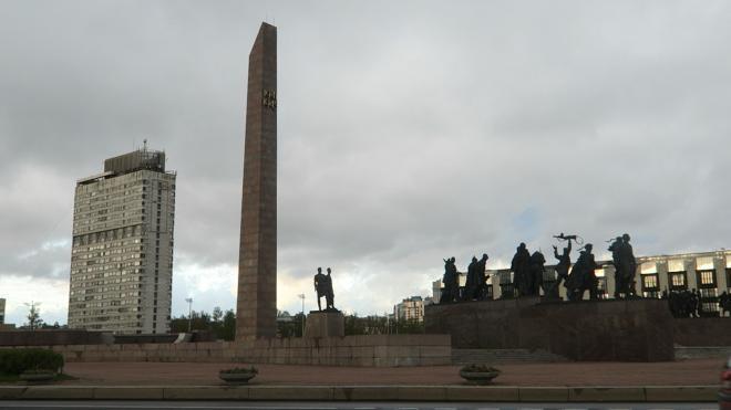 В Петербурге возложили цветы и венки к мемориалам на Пискаревском кладбище и площади Победы