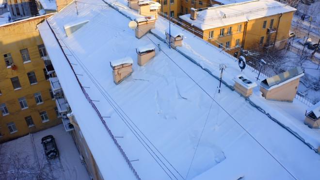 Коммунальщики Петербурга расчищают крыши города