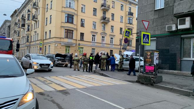 Из-за ДТП на Васильевском острове машина въехала в дом