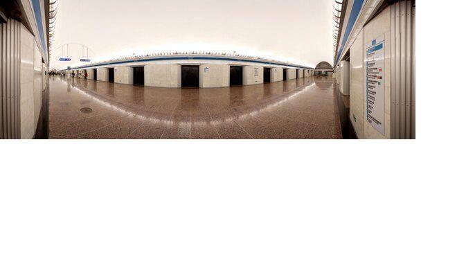 """В петербургском метро рассказали, на какой станции появился первый """"горизонтальный лифт"""""""