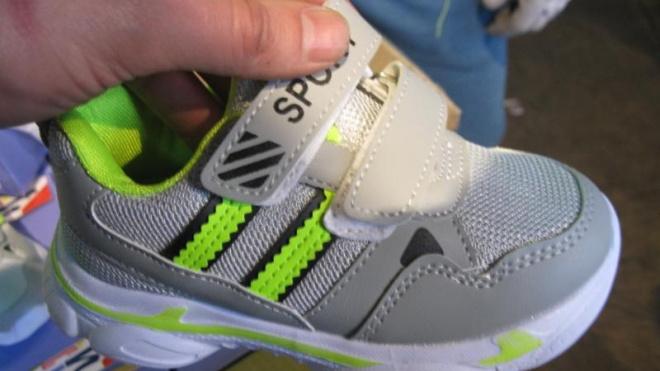 Балтийские таможенники задержали контрафактную обувь Adidas и ткань Burberry