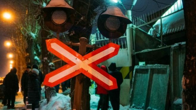 В Омске бетонный забор упал на прохожих