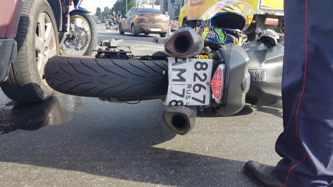 На перекрестке Заневского и Энергетиков водитель сбил девушку на мотоцикле