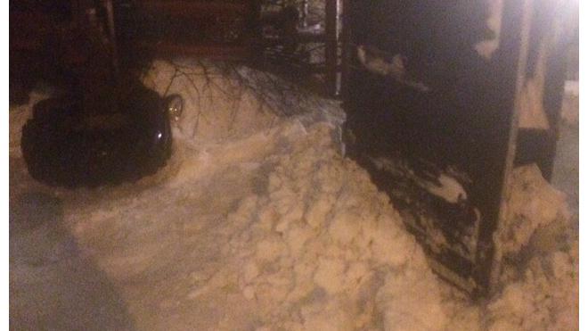 """На Народной улице снегоуборочный трактор """"прилег"""" отдохнуть"""