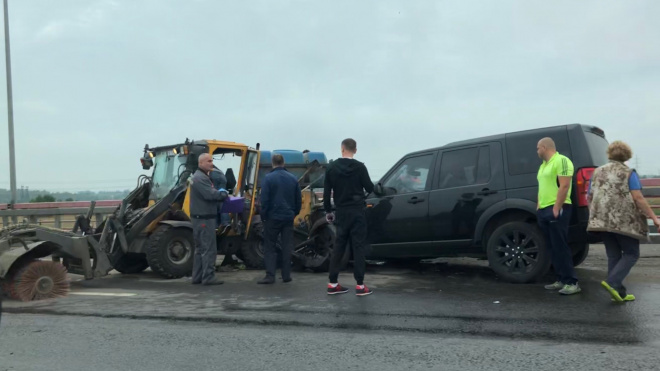 Черный Land Rover влетел в уборочный трактор на Софийской улице