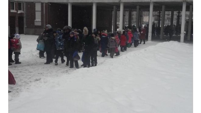 В Петербурге за день эвакуировали более десяти школ