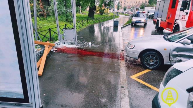 При столкновении двух машин на Салова пострадал пешеход
