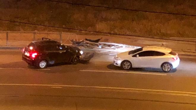 В Кудрово два авто снесли дорожное ограждение