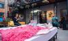 """Посреди """"Бертгольд Центра"""" появилась кровать с розовыми подушками и одеялом"""