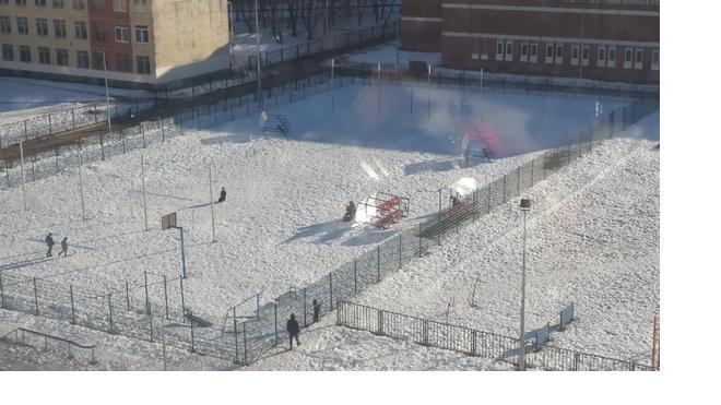 Порывистый ветер снес трибуны на детском стадионе в Петербурге