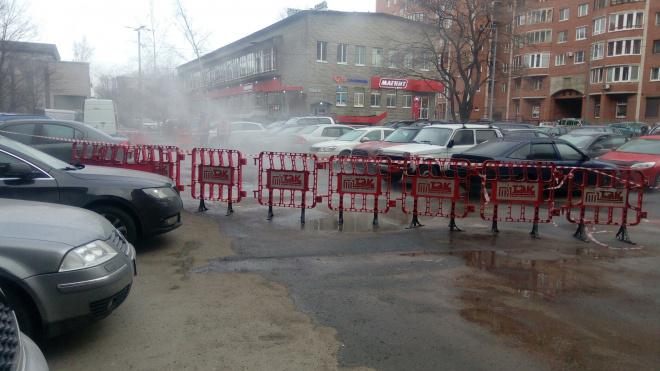Двор неподалеку от площади Мужества после прорыва залило кипятком