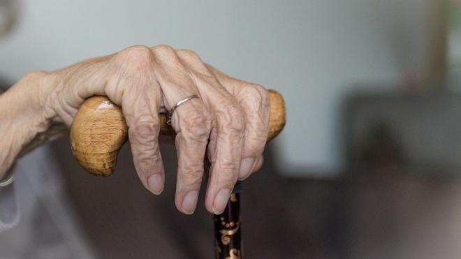На Воронежской 90-летнюю пенсионерку избили тростью из-за 350 рублей