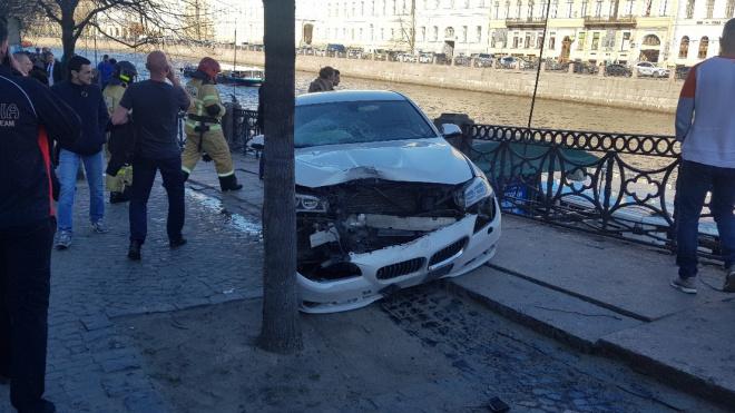 Иномарка снесла пешеходов и врезалась в дерево в центре Петербурга