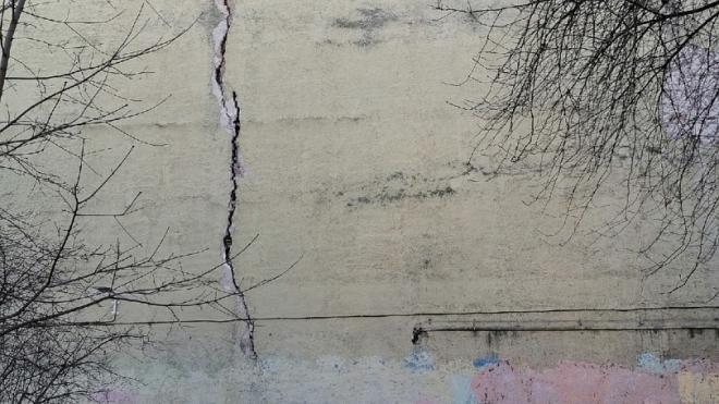 Огромная трещина появилась в стене дома на улице Черняховского
