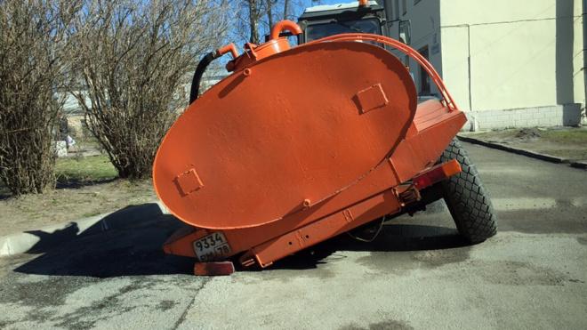 Фото: на Герасимовской асфальт не выдержал водовоз
