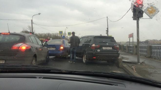 На Октябрьской набережной BMW X3 пошел на обгон через тротуар и протаранил Hyundai