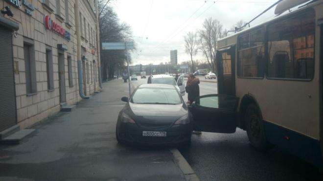 "На Стачек троллейбус снес дверь припаркованному ""Опелю"""