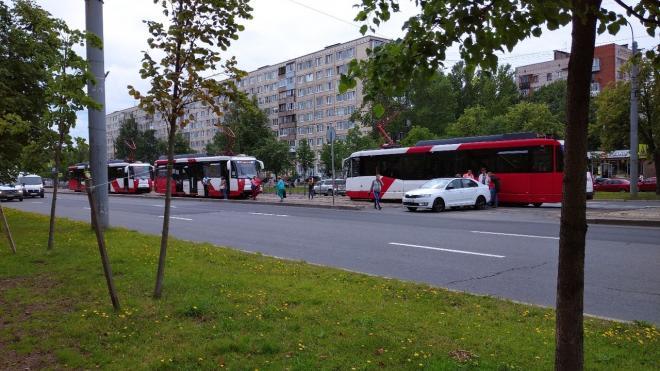 Трамваи на Бухарестской встали в пробку из-за неаккуратной иномарки
