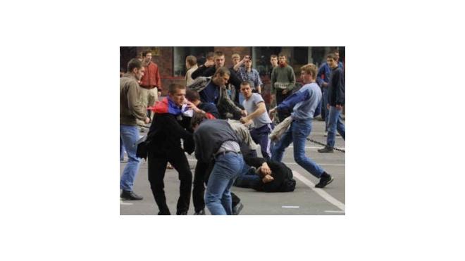 В Петербурге хулиганы, вооруженные битами и пистолетами, напали на посетителей кафе
