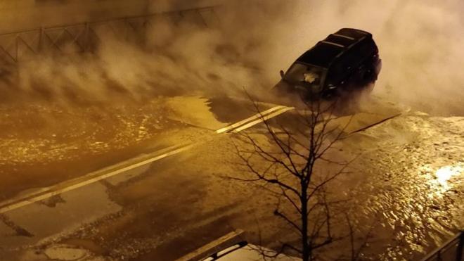 В Петербурге по вине коммунальщиков под землю провалился автомобиль