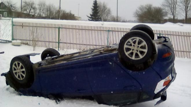 ДТП: из-за гололеда легковушка перевернулась и влетела в дом на Таллинском шоссе