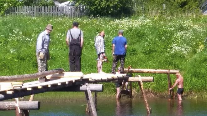 Жители деревни Немжи ремонтируют старинный мост через реку Оять