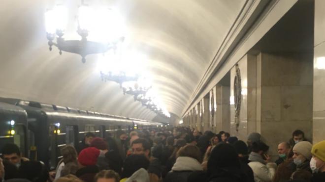 """Движение по """"красной"""" ветке метро ограничили из-за падения пассажира на пути"""