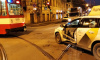 На улице Марата трамвай снял с двери такси металл