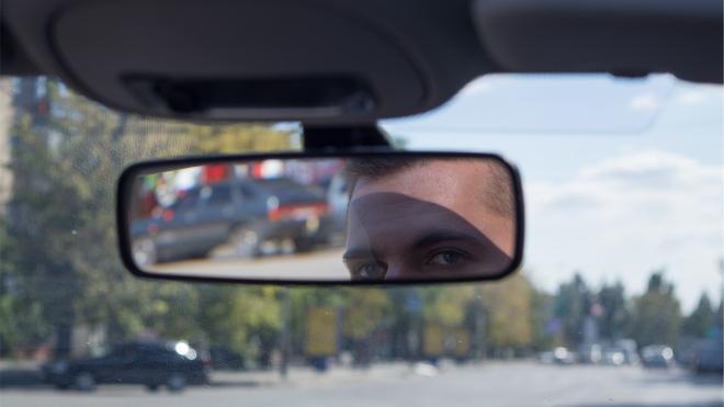 В Петербурге ищут таксиста, трогавшего грудь молодой пассажирки
