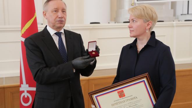 Губернатор вручил президентские грамоты медикам за вклад в борьбу с коронавирусом