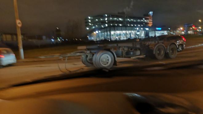 Фото: в Петербурге дальнобойщик потерял прицеп и не заметил этого