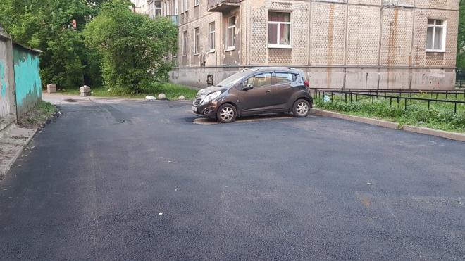 И так сойдет: петербургские рабочие положили асфальт вокруг припаркованного авто