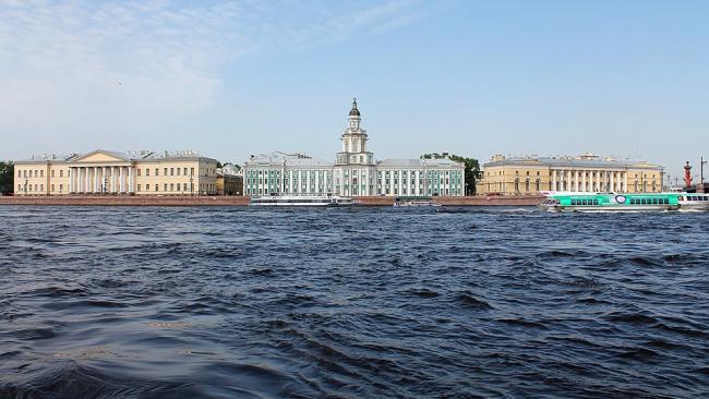 В музеи Петербурга выстроились очереди, несмотря на дождь и снег