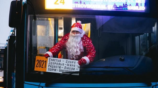 В Петербурге запустили автобус с водителем Дедом Морозом